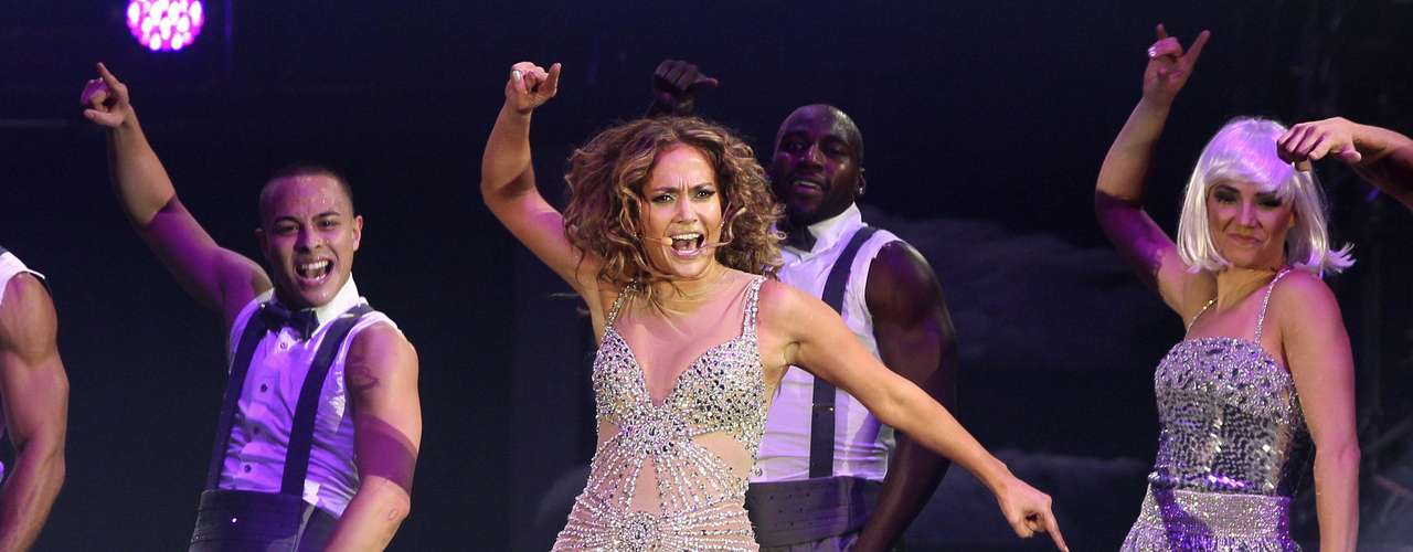La cantante calentó a la audiencia apoyada en su cuerpo de baile.