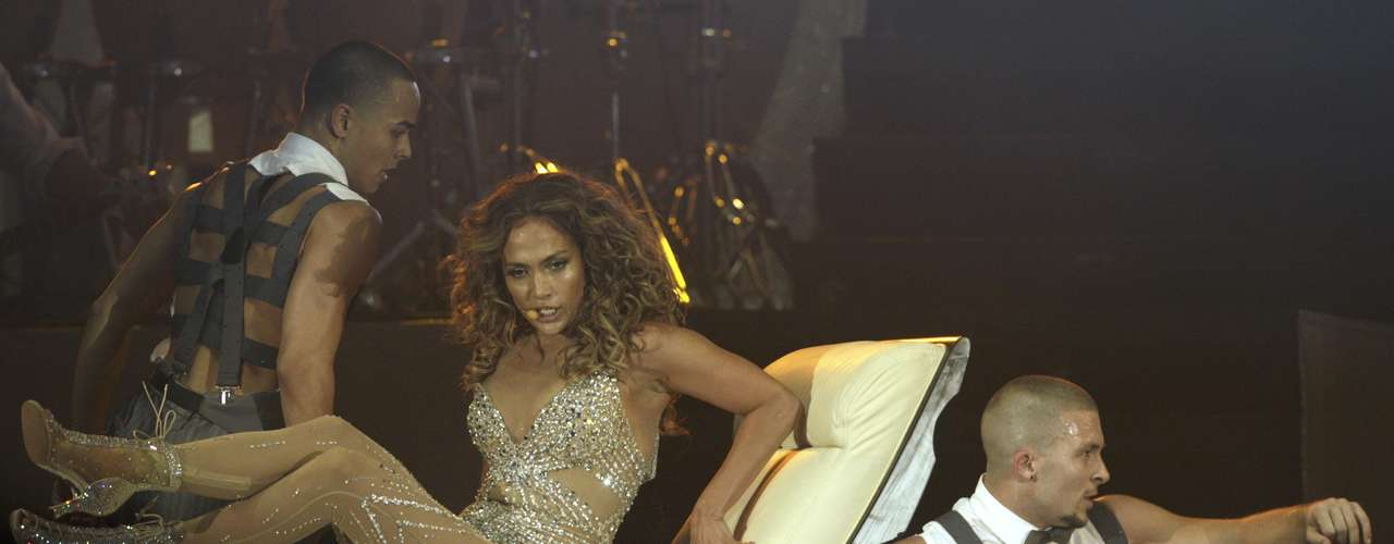 En un momento del concierto. lució como una reina sentada en un sillón blanco.