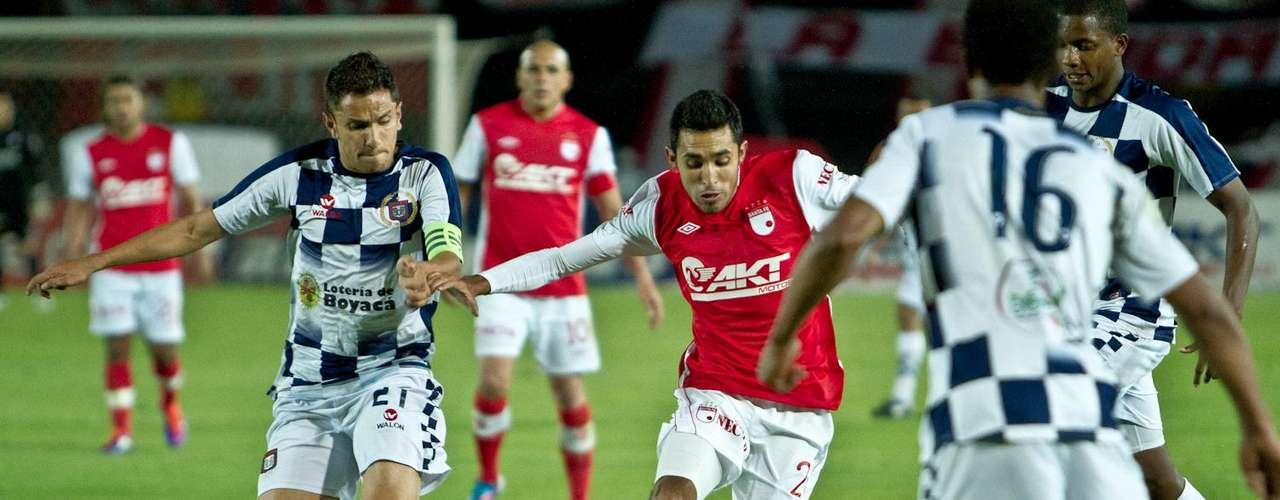 Hugo Acosta (d) fue exigido por los jugaores del Boyacá Chicó por su costado izquierdo.