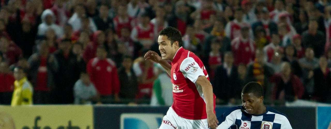 Mario Gómez (i) fue derribado por el que terminó expulsado por esta falta, Johnny Mostacilla.