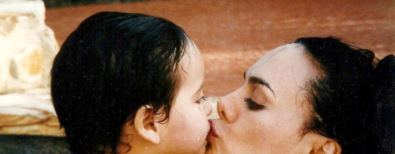 Producto de su relación con Joan Sebastian se convirtió en madre, aquí la vemos gozando con su bebé en el año 1994.
