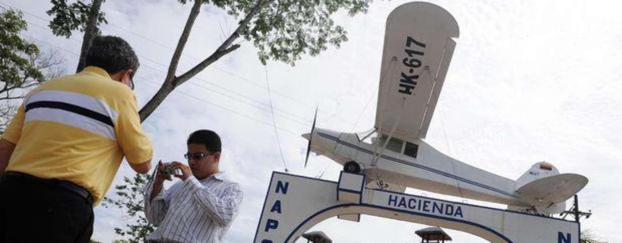 Los narcos, a pesar de que se les dificulta gastar su dinero, no tienen problemas en ostentar las fortunas que amasan. Pablo Escobar, por ejemplo, tenía la réplica de un avión en la entrada de su hacienda en Colombia. Otros tienen armas bañadas en oro.