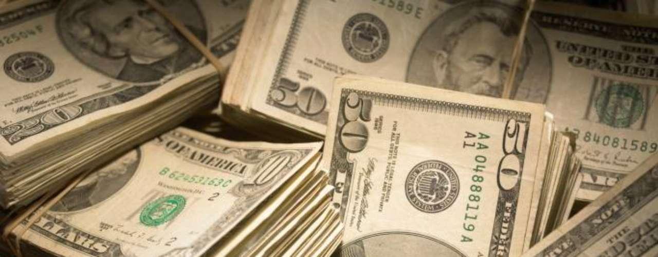 Hay otros que dicen que México está saturado de dinero, ilegal. Que los dólares de los cárteles fueron de gran ayuda para el país en medio de la crisis económica mundial. Se dice que los bancos en Sinaloa tienen más efectivo que todo lo que genera el resto de la economía 'formal'. Es que la bancarización, la compra de acciones, la inyección de dinero a empresas petroleras o constructoras es otro de los refugios del narco.