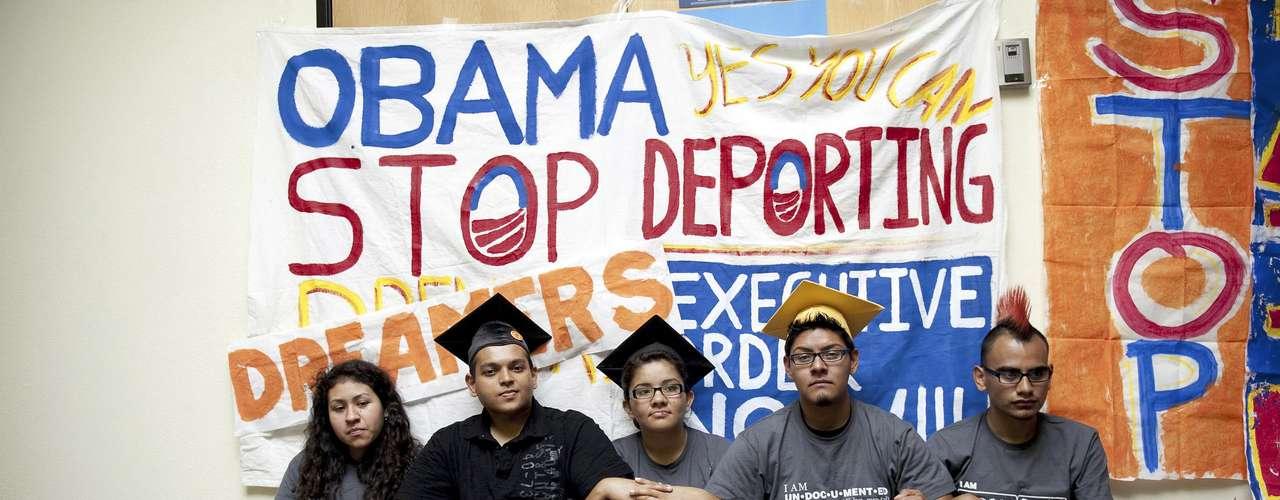 Un grupo de jóvenes acampa frente a las oficinas de campaña del presidente Barack obama en Culver City, California, para exigir reformas en el tema migratorio. El viernes 15 de junio de 2012, Obama anunció que las autoridades federales dejarán de deportar a los inmigrantes carentes de permiso que hayan sido traídos al país de niños y que lleven una vida respetuosa de la ley.