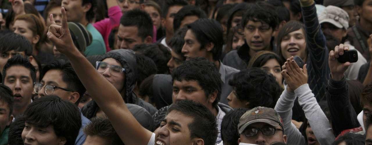 A pesar de la ligera lluvia que durante la mayor parte del día cayó sobre la capital mexicana, una multitud se concentró en el Zócalo (plaza central) de Ciudad de México para este concierto, que arrancó por la tarde y continuaba al caer la noche.