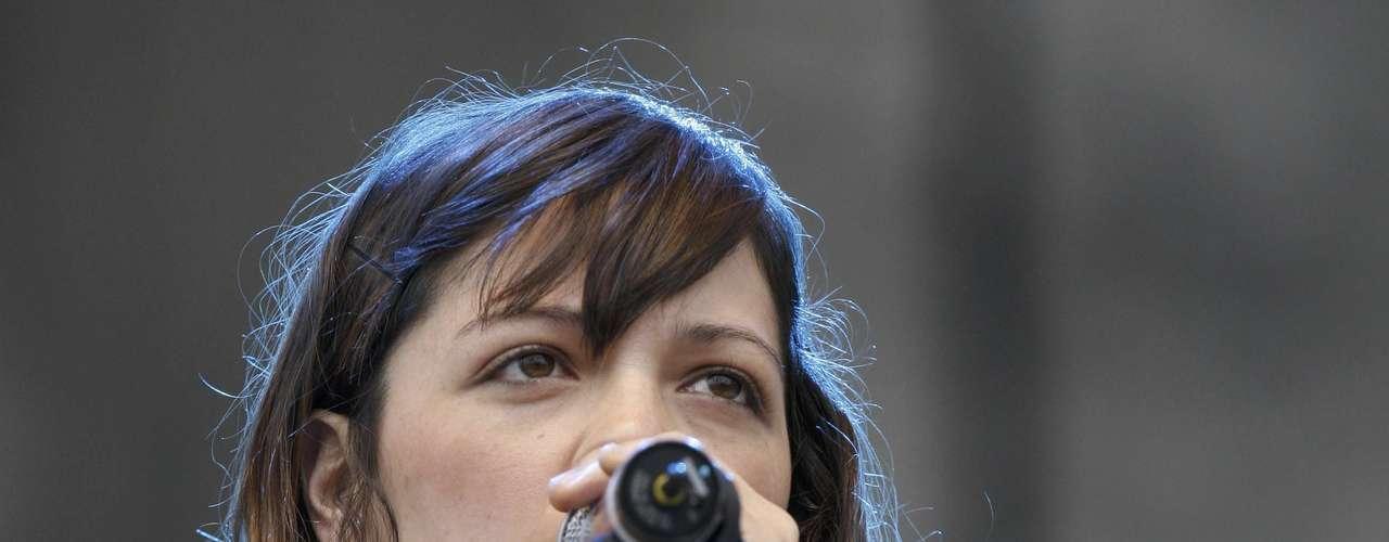 Natalia Lafourcade canta en el escenario durante un concierto en apoyo del movimiento estudiantil prodemocrático  #YoSoy132 en la plaza principal de la capital mexicana, el sábado 16 de junio de 2012  (AP Foto/Marco Ugarte)