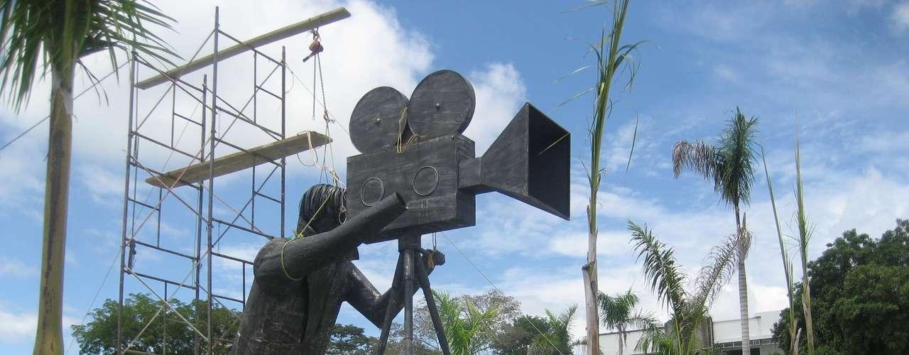 Este camarógrafo que mide más de dos metros se encuentra en el hotel  'Paraíso' propiedad de Gustavo Bolívar.