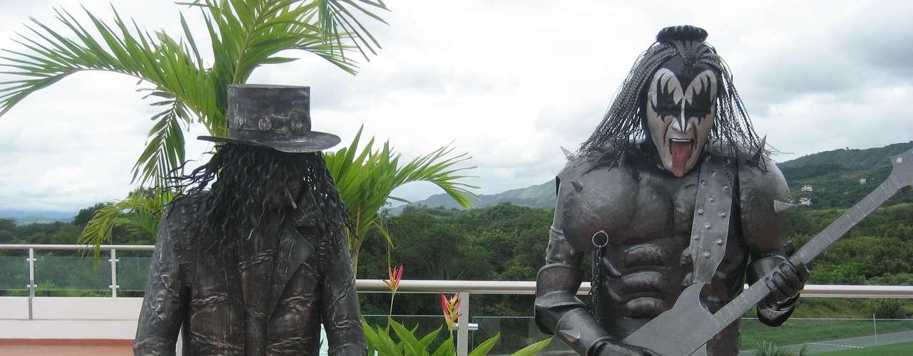 Estas replicas de Slash, exguitarrista de los Guns´n Roses y Jim Simons, vocalista de la agrupación Kiss,  fueron elaboradas por Javier.