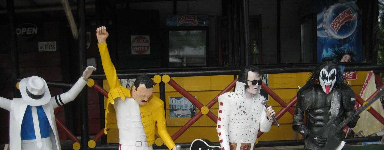 Michael Jackson, Freddie Mercury,  Elvis Presley y Gene Simmons son algunos de los personajes más representativos del rock,  a quien Javier admira y esculpe con  sus láminas recicladas.