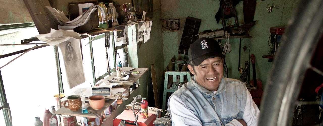 Javier es el escultor de cabecera del director colombiano Gustavo Bolívar, a quien le diseña las figuras de su hotel 'paraíso' ubicado en Girardot.