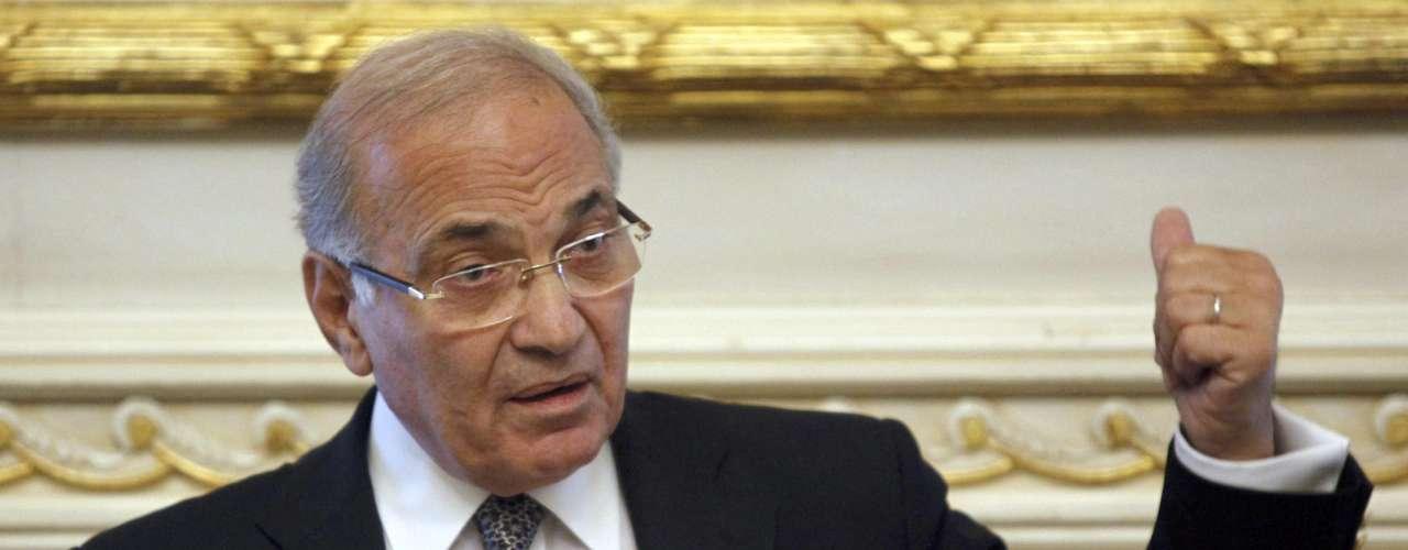 22 de febrero de 2011 - El primer ministro Ahmed Shafiq, nombrado por Mubarak el 31 de enero, remodela parcialmente el Gobierno.