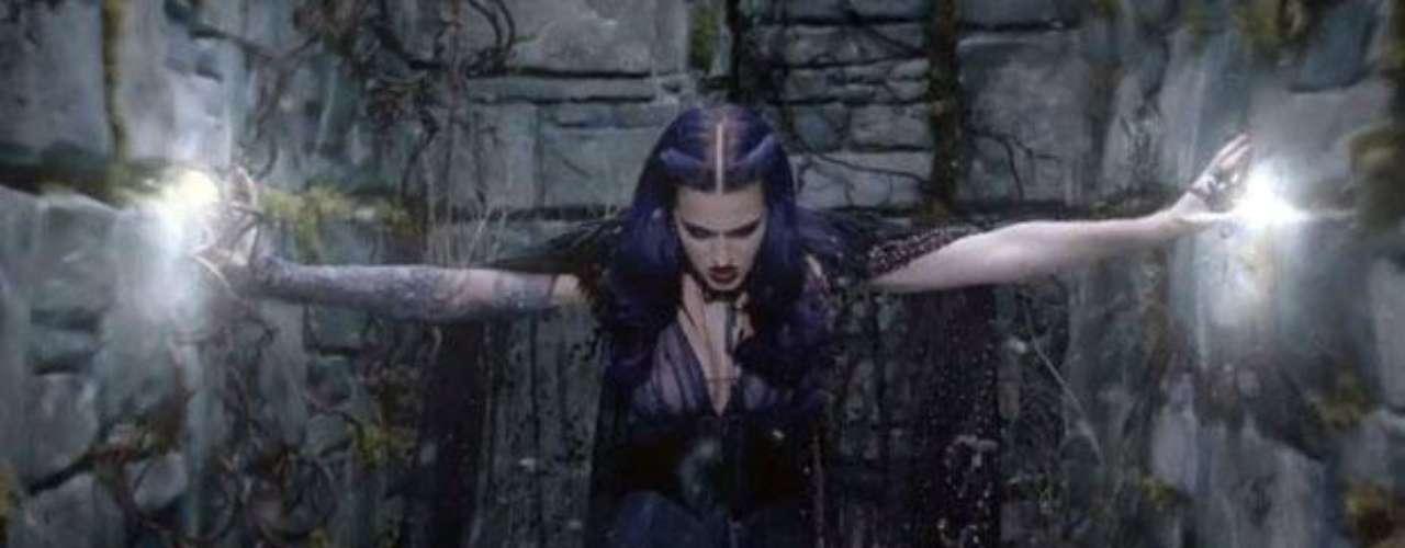 Con una cabellera de color púrpura, un vestido morado con transparencia y una capa, Katy muestra una imagen misteriosa y a la vez sensual.