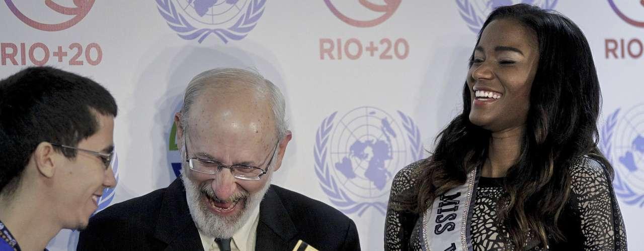 El pasado domingo la Miss Universo hizo entrega de un premio al combate de la desertización, durante un evento de la Río+20.