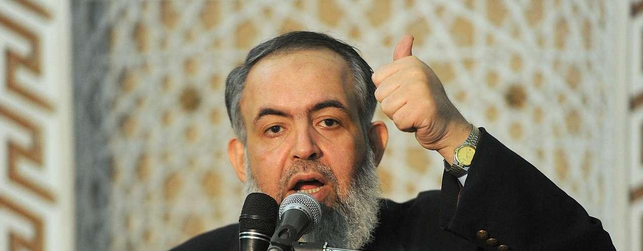 26 de abril de 2012 - La Comisión Electoral acepta finalmente trece candidaturas presidenciales y excluye diez, entre ellas las del salafista Hazem Abu Ismail, del exvicepresidente Omar Suleiman y del aspirante de los Hermanos Musulmanes Jairat al Shater.