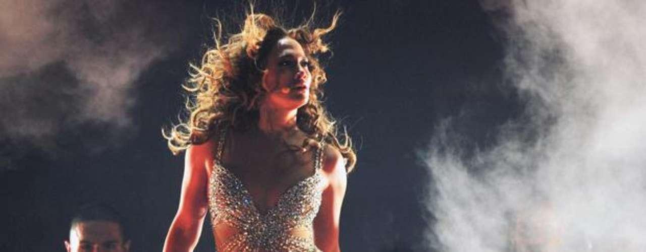 Apoyada en una descarga de pirotecnia, efectos de luces y columnas de humo, Jennifer mantuvo prendida a la audiencia.