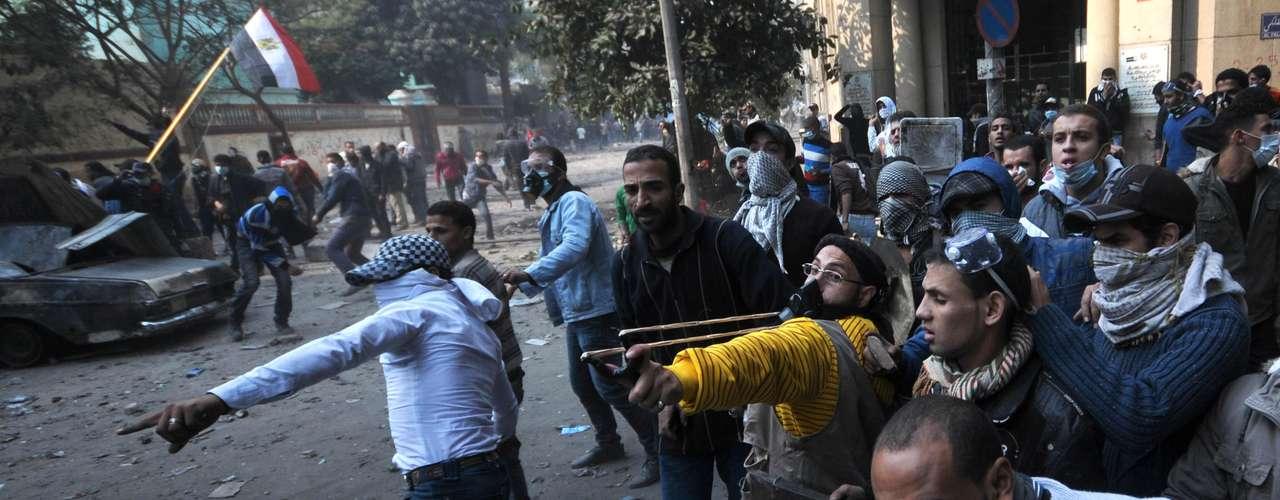 19 de noviembre de 2011 - Estallan enfrentamientos en las inmediaciones del Ministerio del Interior en El Cairo entre manifestantes y policías.