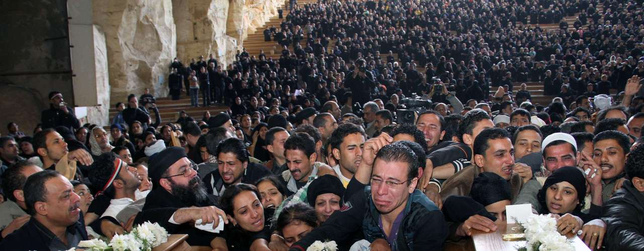 9 de octubre de 2011 - Una manifestación de cristianos coptos deriva en El Cairo en violentos choques con los militares, que dejan al menos 25 muertos.