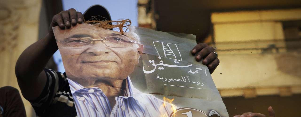 19 de junio de 2012- Ahmed Shafiq reitera que ganó la elección presidencial egipcia por un 51.1%, , a pesar de que la Hermandad Musulmana sigue reclamando el triunfo. (Fuente: EFE)