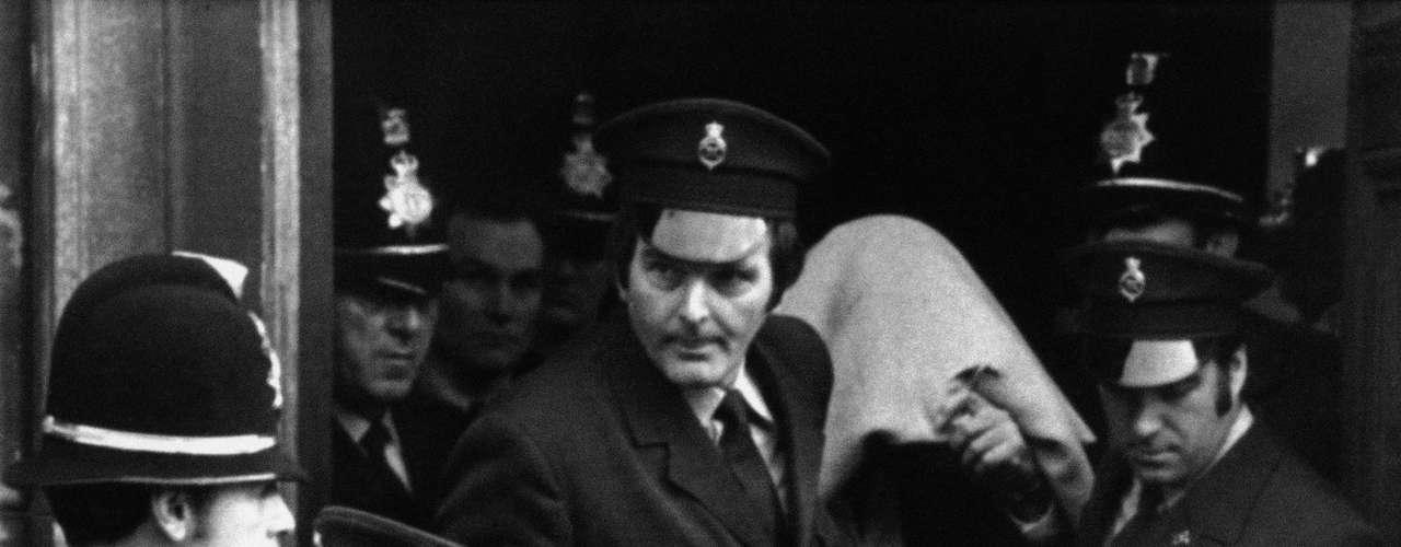 Peter Sutcliffe (Inglaterra): Fue un asesino en serie británico, que operó entre finales de 1970 y principios de 1980, principalmente en el condado de Yorkshire. Su modus operandi incluía mutilaciones abdominales y genitales, y extracción de órganos, lo que le valió el apodo de El destripador de Yorkshire. Asesinó a trece mujeres y agredió gravemente a otras siete; no todas sus víctimas eran prostitutas, pero sí la mayoría. Fue capturado cuando iba a asesinar a otra víctima. Está recluido en un hospital psiquiátrico, pues alega que una voz fue la que lo llevó a cometer los crímenes.