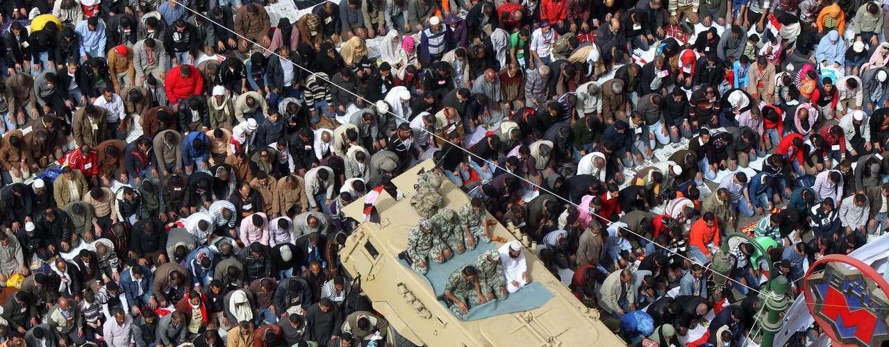 1 de agosto de 2011 - El Ejército despliega los tanques y desaloja a los últimos manifestantes en Tahrir en el primer día del Ramadán.