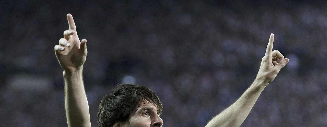 El joven astro del fútbol quien actualmente juega para el Club F. C. Barcelona, Lionel Messi, también es un Cáncer de pura cepa, pues nació el miércoles 24 de junio de 1987. En el horóscopo chino su animal es la liebre y su número base de nacimiento es el 1 hecho por el cual lleva una vida de intenso trabajo en la que debe asumir grandes responsabilidades, pues una vez decidido el objetivo a alcanzar, debe esforzarse seriamente sin esperar la ayuda ni el apoyo de otras personas. El joven astro se caracteriza por no conformarse con nada, también se le recomienda ser paciente y no perder nunca de vista sus objetivos.