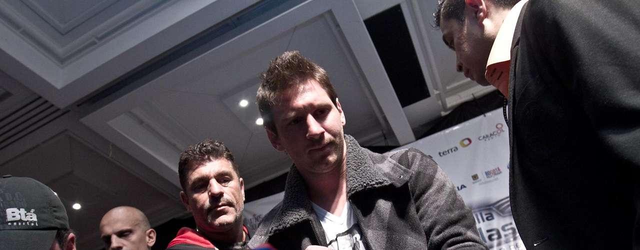 Lionel Messi habló del FC Barcelona, del fútbol y de Colombia, además de firmar algunos autógrafos a los aficionados presentes en la rueda de prensa y cena previa al juego de la Batalla de las estrellas entre Messi y sus amigos vs. el resto del mundo.