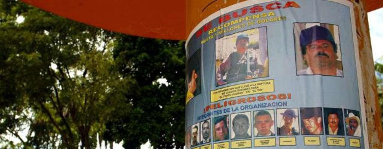 """Desde su fuga, se convirtió en el segundo más buscado por el FBI e Interpol después del ahora fallecido Osama bin Laden. Posteriormente a la muerte de Bin Laden en 2011 en el ranking titulado """"Los nuevos 10 más buscados"""", que se elaboró a partir de una lista realizada por la revista Forbes, colocó en primer lugar al 'Chapo' Guzmán, quien fue calificado como un hombre """"implacable y determinado""""."""