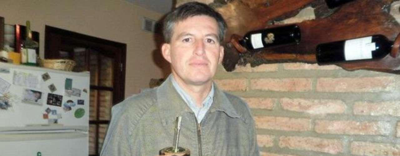 Después de 14 años de estar dedicado a Dios, el ex cura argentino ADRIÁN VITALI se casó en febrero del 2011 para formar una familia. El Vaticano le retiró el celibato y lo ubicó en un estado laico. Sin embargo, está suspendido para ejercer el ministerio sacerdotal. Actualmente tiene dos hijos con su ahora esposa de nombre Alejandra.