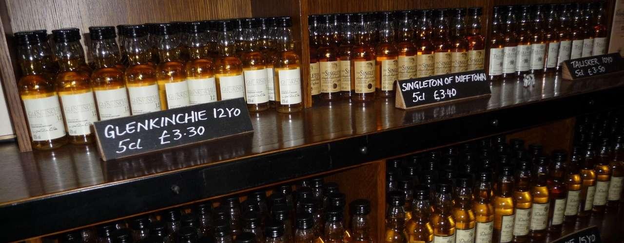 """El whisky escocés o """"Scotch"""" es un whisky destilado exclusivamente en Escocia y es el de más renombre. Aunque en otras partes del mundo se produce whisky, los maestros de esta bebida afirman que jamás serán como un """"Scotch""""."""