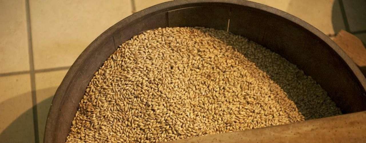 Actualmente solo el 10% de la producción que se produce en Dalwhinnie es simplemente a base de malta, en el resto de sus whiskies se mezclan los granos.