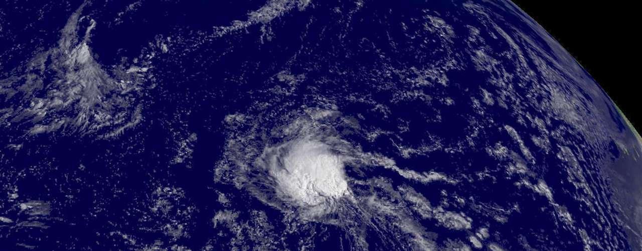 La tormenta ya provocó tornados en Florida que dejaron un muerto y sigue vigente una amenza de tornados este lunes. Según los meteorólogos, Debby podría alcanzar fuerza de huracán para el lunes por la noche. Mientras, podría arrojar hasta 15 centímetros (seis pulgadas) de lluvia en la costa, con precipitaciones esporádicas de hasta 25 centímetros (10 pulgadas). (Fuente: AP)
