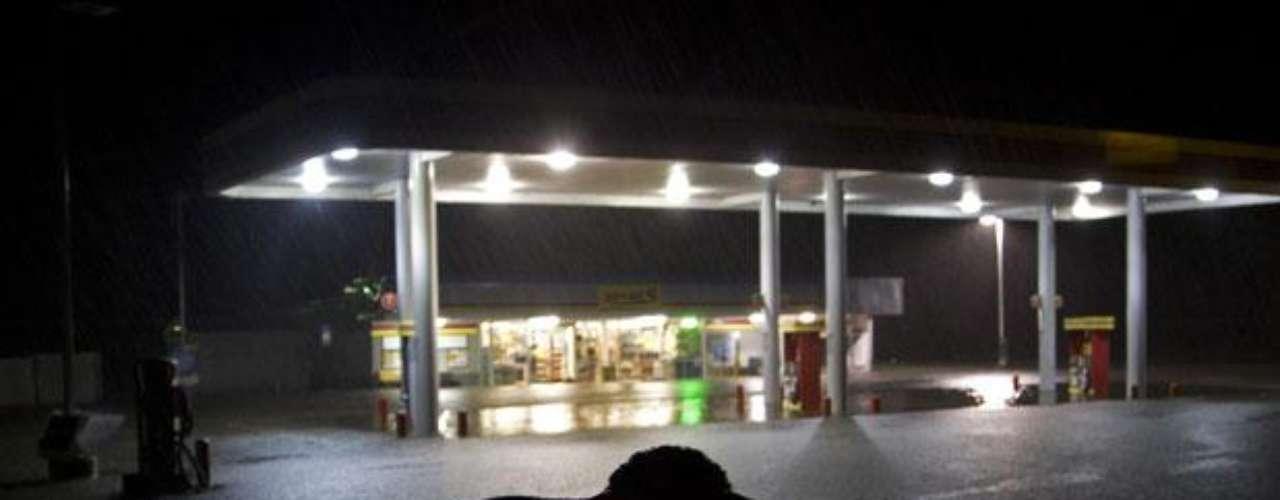El Centro Nacional de Huracanes dijo en la madrugada de este martes que 'Debby' se encontraba a 145 kilómetros (90 millas) al oeste de Cayo Cedar y se desplazaba hacia el este a una velocidad de 6.44 kilómetros por hora (4 mph).