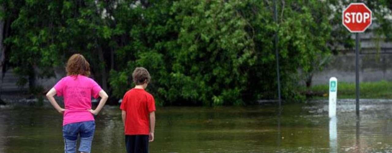 En un momento el lunes, los fuertes vientos y la preocupación por inundaciones las autoridades llevaron al cierre de dos rutas importantes que van desde Tampa Bay hasta St. Petersburg: el puente Howard Frankland de Tampa y la autopista Sunshine Skyway desde el sudeste.