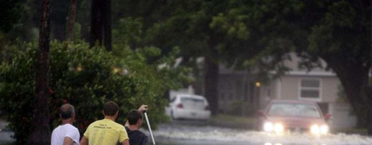 Algunos caminos quedaron destruidos como el Bayshore Boulevard, de Tampa. Los residentes trataban de salvar sus pertenencias de sus viviendas inundadas en las áreas bajas.