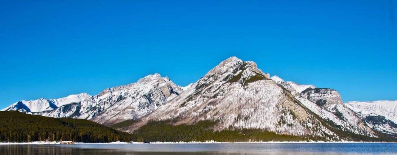 Lago Minnewanka. Se encuentra al oeste de Canadá y cuenta con maravillas naturales como bosques, lagos y montañas. Los buceadores pueden encontrar en este lago cristalino diversas instalaciones como dos Centrales Eléctricas, puentes y cimientos de un hotel local.