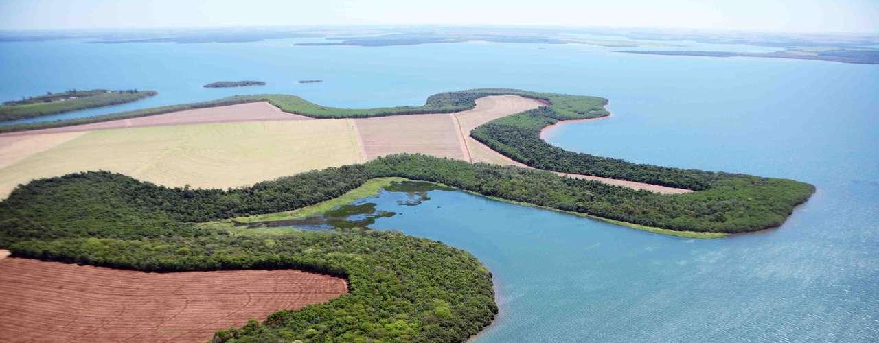 Lago de Itaipú, en Brasil y Paraguay. Tiene una superficie de mil 350 kilómetros cuadrados, con 66 pequeñas islas. El lago está dividido entre los dos países y atrae a los turistas que frecuentan sus playas de agua dulce en el sol.