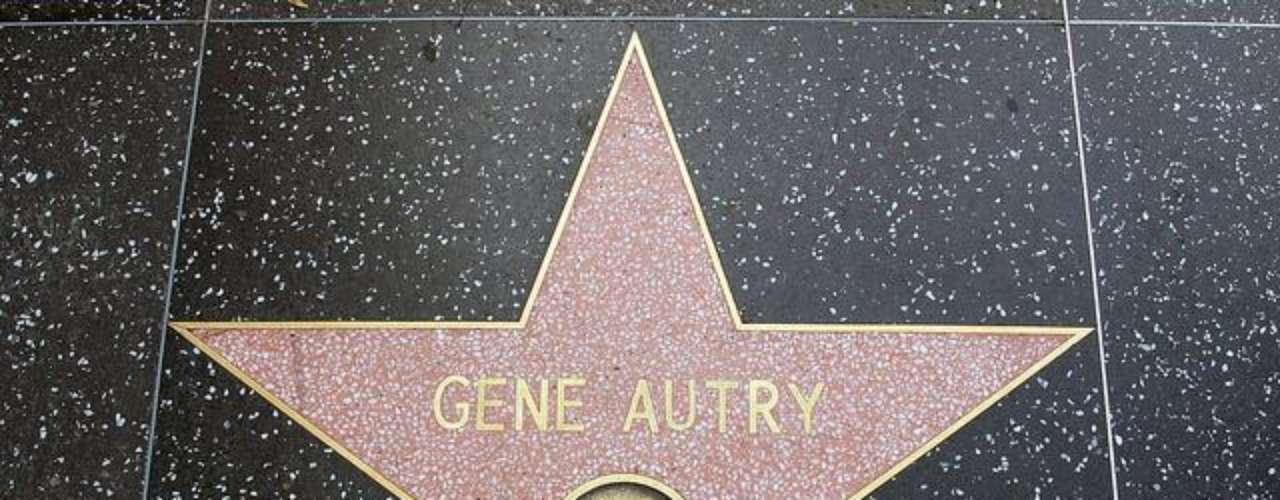 Estrellas robadas. Cuatro estrellas han sido robadas durante los más de 50 años de vigencia del Paseo de la Fama.  Las que conmemoraban a James Stewart y Kirk Douglas fueron retiradas y guardadas  debido a una construcción, pero posteriormente desaparecieron, al parecer por culpa del contratista encargado de la obra. Una de las estrellas  del artista Gene Autry también fue retirada por una construcción y robada y, por último, en el 2005 la placa del actor Gregory Peck fue robada del lugar por personas del común.
