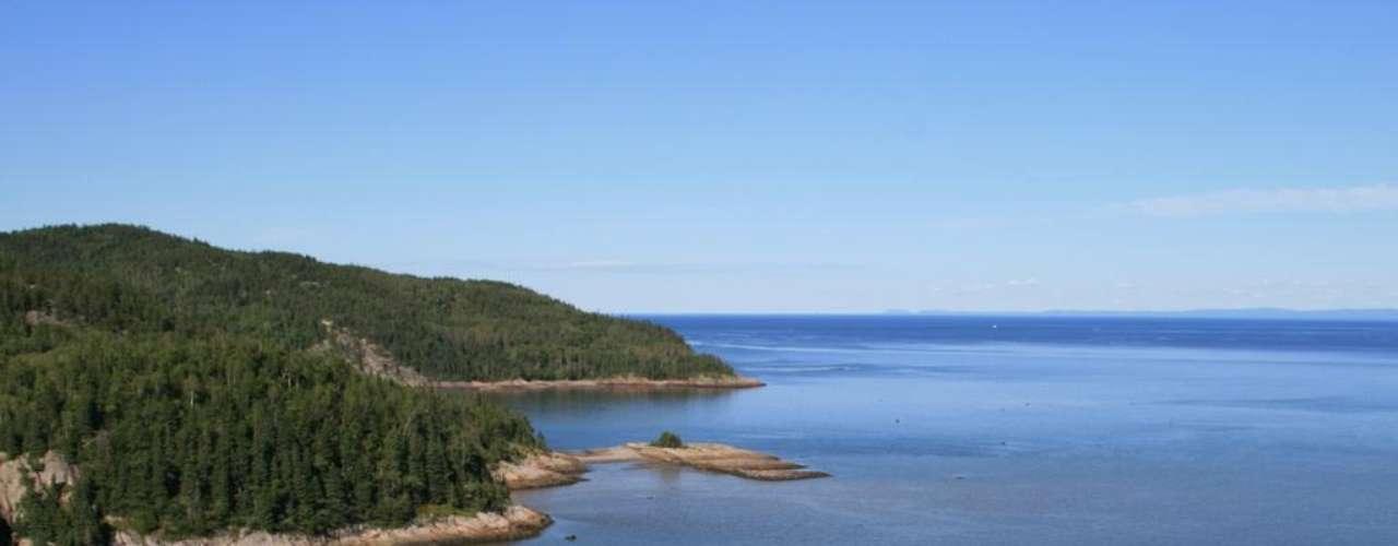 Presa de Manicouagan, Canadá. Es la cuarta en cuanto a superficie y la quinta en volumen de agua. Con una forma circular, el tanque fue instalado en la superficie de un cráter formado por unos cuantos millones de meteoritos.