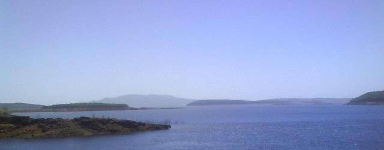 Lago de Guri, Venezuela. Es el más grande en el país y sirve como una reserva de la Planta Hidroeléctrica 'Simón Bolívar'. El depósito tiene una superficie de 4 mil 200 kilómetros cuadrados y una serie de islas formadas por los picos que exceden la elevación del agua.