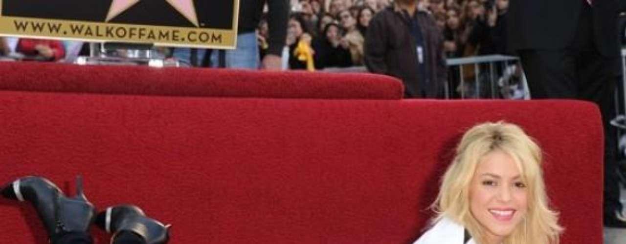 Estrellas para Colombia y Latinoamérica. El 8 de noviembre del 2011 Shakira pasó a la historia como la primera artista colombiana en recibir una estrella, la número 2.354. La cantante peruana, Yma Sumac, y el presentador chileno, conocido como 'Don Francisco',  también son los únicos artistas con un reconocimiento de este tipo en su país.  Ricky Martín, Alejandro Fernández, Antonio Banderas y Penélope Cruz son algunos de los más de 60 artistas hispanos que adornan el reconocido camino de Hollywood.