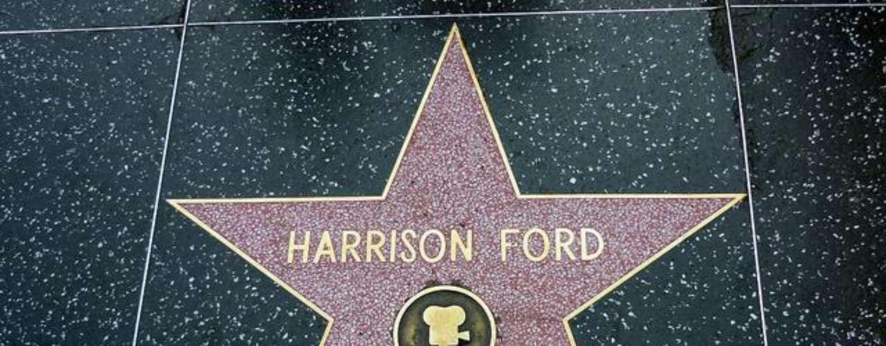 Estrella repetida. En el Paseo de la Fama se encuentran dos lozas  con el  nombre de Harrison Ford. Esto se debe a que hay dos actores con el mismo nombre, el primero fue un actor de películas mudas, que recibió la estrella en los años 50, y el segundo es el conocido actor Harrison Ford, cuya estrella se puede encontrar frente al teatro Kodak.