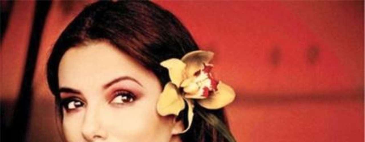 La actriz Eva Longoria, protagonista de la portada de la revista italiana Amica para la edición de julio, ha sido excesivamente retocada por los amantes del Photoshop, quienes le alteraron por completo su color trigueño de piel por uno mucho más blanco , además de retoques en su rostro que a primera vista hacen que sea difícil reconocerla.