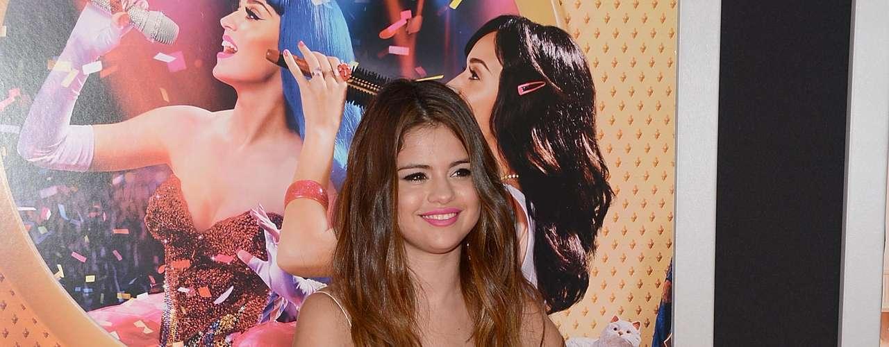 Selena Gomez con un nuevo  look . La cantante se presentó luciendo una cabellera más larga en tono castaño y mechas de color cobrizo en las puntas, estilo que es conocido como mechas californianas.
