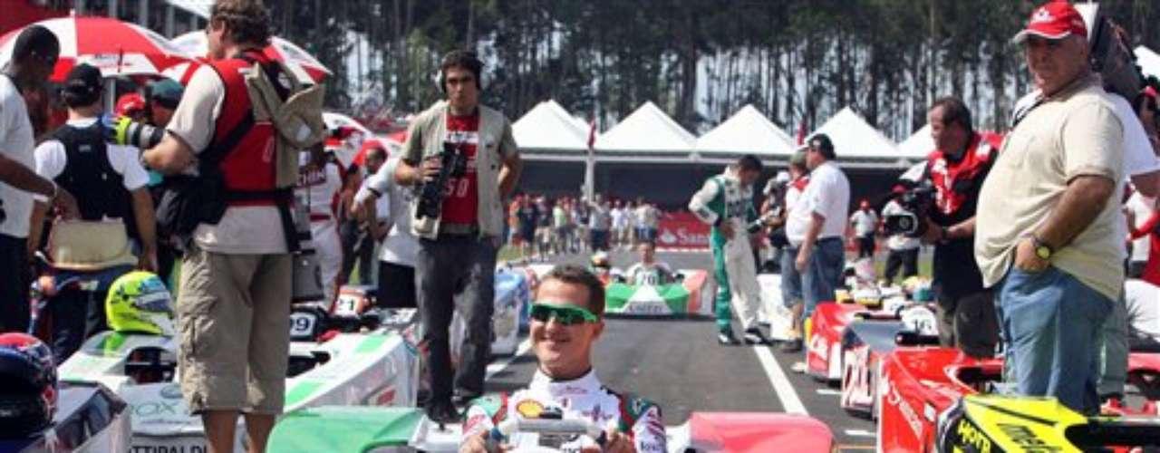El piloto de Fórmula Uno, Michael Schumacher, también tiene tiempo de manejar Karts, todo sea por una buena causa. Aquí estaba en una obra benéfica en Brasil llamada 'Carrera de las Estrellas' donde varios pilotos participaron para recaudar fondos