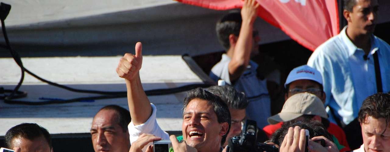 Antes de la llegada de los candidatos, la Cruz verde de Monterrey atendió a dos personas que se desvanecieron a causa del sol y las altas temperaturas, quienes tuvieron que ser auxiliadas en medio de la multitud se mantenía firme.