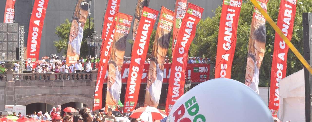 Ya en el lugar de honor debajo del templete, Peña Nieto escuchó las palabras de Felipe Enríquez, quien aseguró que los regiomontanos \