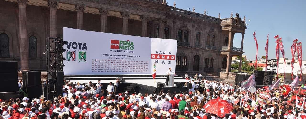 Al término de su mensaje, Peña Nieto se tomó la foto con todos los candidatos, quienes pasaban en grupos pequeños para alzar su mano en señal de victoria, sin importarles lo pequeño del templete se arriesgaban con tal de tener un recuerdo gráfico de su cercanía con quien podría convertirse en el Presidente de México.