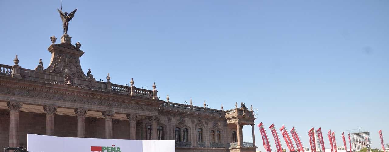 Al término de las fotos, Peña Nieto bajó para saludar a quienes se encontraba en uno de los costados del templete, en su mayoría simpatizantes de los movimientos territoriales y del Frente Juvenil Revolucionario, en una muestra de que después de 90 días de campaña, el ánimo del priista no decae, al igual que las encuestas que lo colocan a un paso de suceder a Felipe Calderón en Los Pinos.
