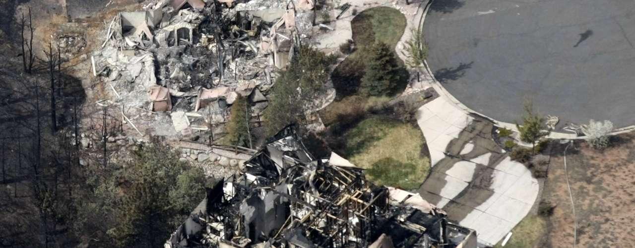 Un incendio causó estragos en la ciudad de Colorado Springs, provocando la evacuación de más de 36.000 personas y la destrucción de varios edificios, indicaron las autoridades. Cuando comenzaron las llamas se trató de un incendio forestal, pero desde el martes entró en el noroeste de la ciudad, señaló Steve Bach, alcalde de la población.