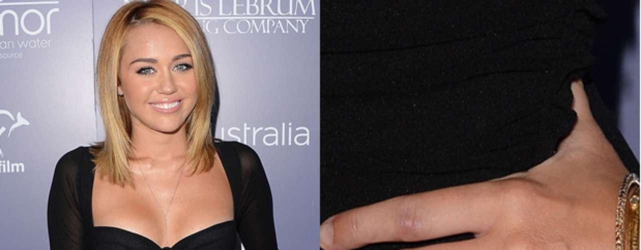 Miley Cyrus se comprometió con Liam Hemsworth. El actor le entregó a la cantante un anillo de Neil Lane. La sortija es de 3.5 quilates y pequeños diamantes alrededor.